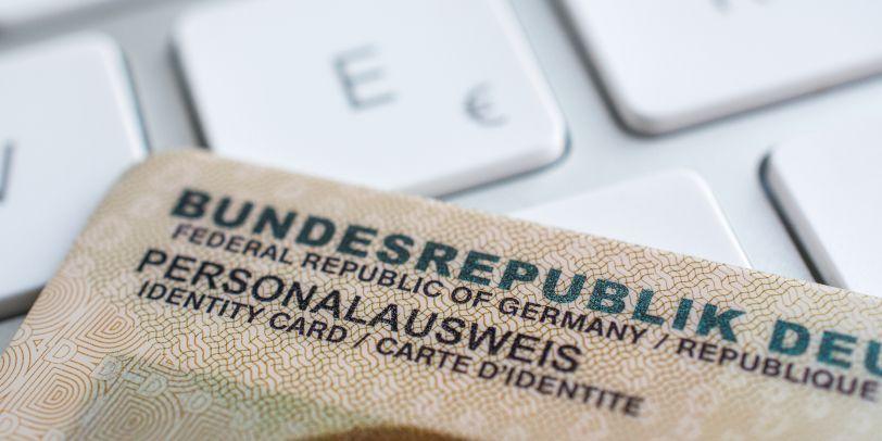 Die Kosten für einen neuen Personalausweis müssen vom Hartz 4-Regelsatz bezahlt werden.