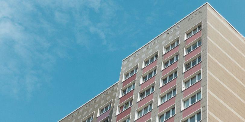Die Deutsche Wohnen erklärt, man wolle für die nächsten fünf Jahre Mieterhöhungen begrenzen und mehr Mietverträge an Menschen mit Wohnberechtigungsscheinen geben.