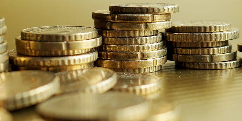Eine Person muss ihre Ersparnisse verbraucht haben, ehe sie Sozialleistungen beanspruchen kann.