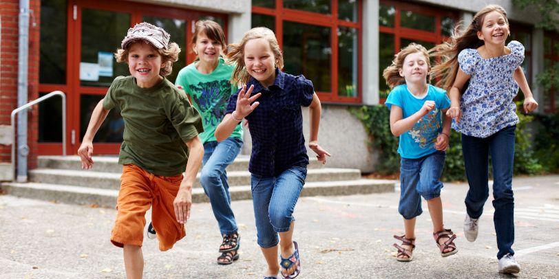 Kinder auf dem Schulhof Teilhabepaket