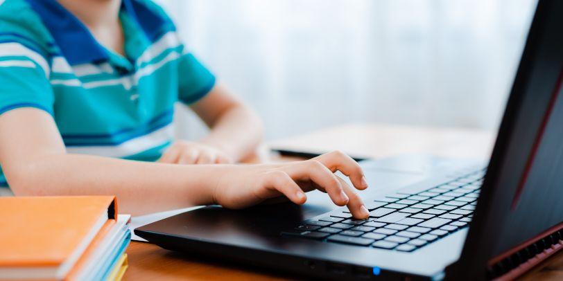 Schüler macht Hausaufgaben am Laptop