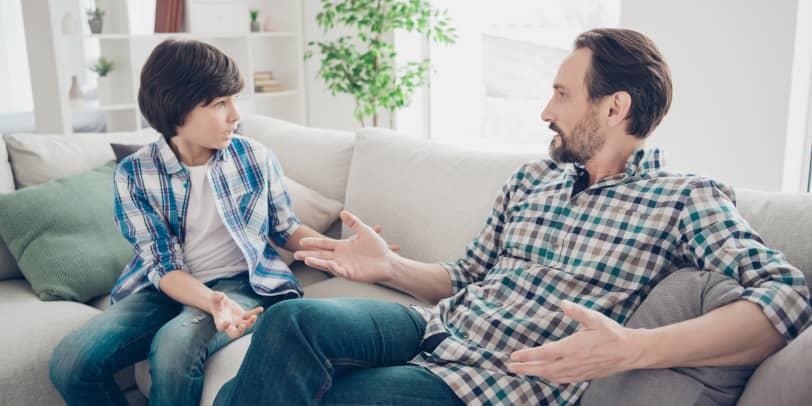 Vater und Sohn auf Sofa