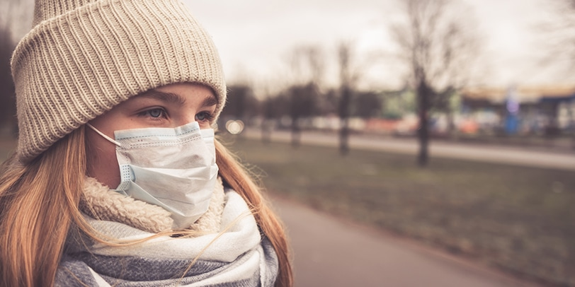 Frau trägt Maske
